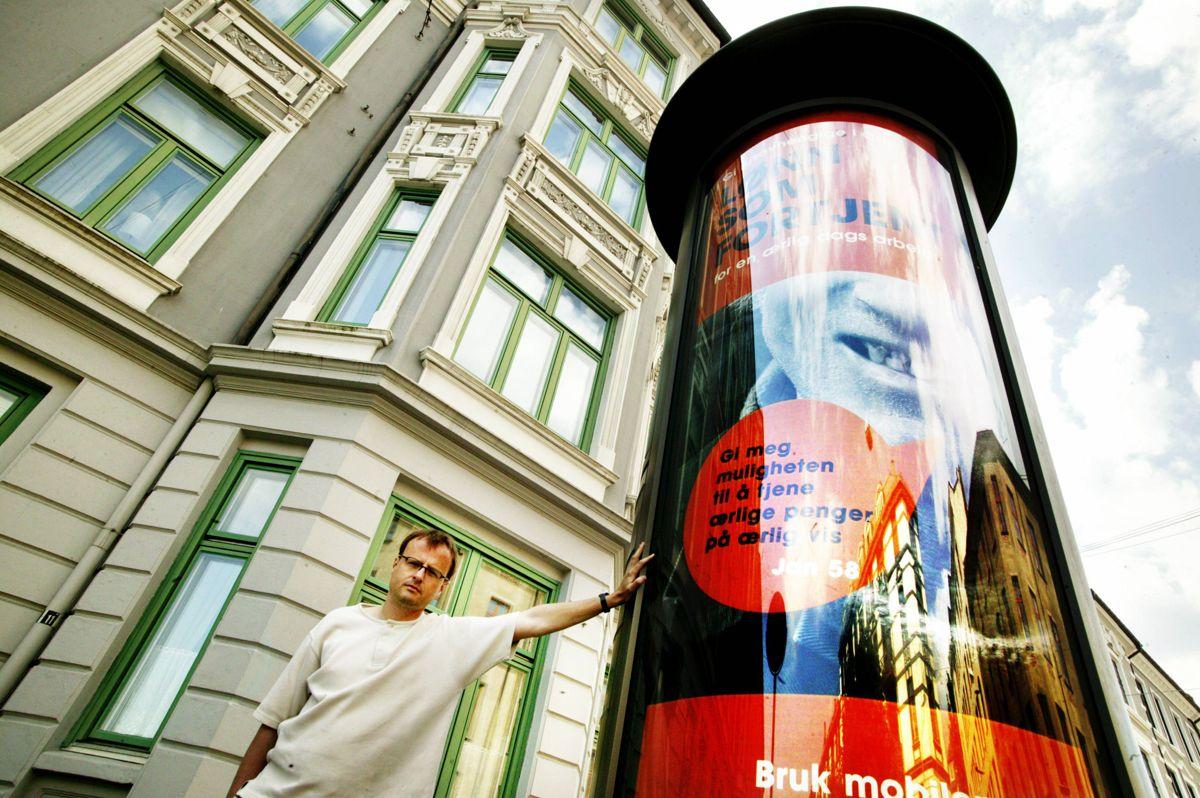 Håkon W. Lie i aksjonsgruppen Stans.no ved ett av de omstridte tårnene i 2006. Tårnet står der ennå, og vil trolig ikke skiftes ut før desember neste år, antyder byråd i Oslo.Foto: Scanpix
