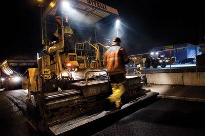 Fylkenes overtakelse av fylkesveiadministrasjonen gir ordretørke, opplever Maskinentreprenørenes Forbund i vest. Her er det en entreprenør som legger asfalt i Oslo ved en tidligere anledning. Foto: Bymiljøetaten i Oslo