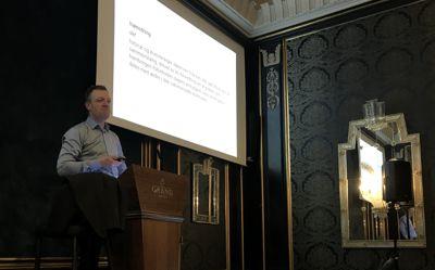 Jostein Askim, professor i statsvitenskap ved UiO, tror hamstringen i sammenslåingskommunene økte enda mer i tiden rett før sammenslåing. Her fra en presentasjon under Norsk Rådmannsforums topplederkonferanse. Foto: Hanne Wien