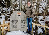 Senterpartiets leder Trygve Slagsvold Vedum ved en gammelt fylkesgrensestein på grensen mellom Oppland og Akershus, eller Innlandet og Viken, som det heter i 2020. Foto: Vidar Ruud, NTB scanpix