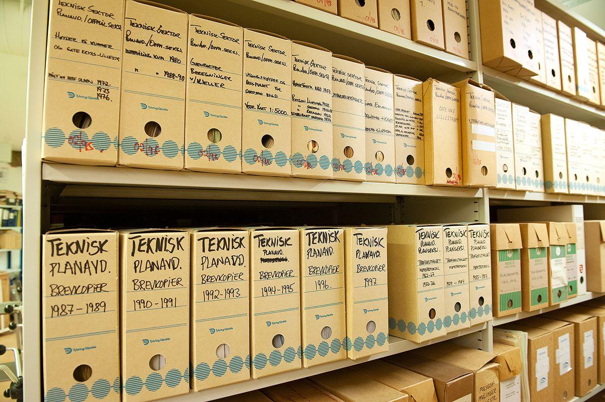Sikre gode lagringslokaler og å sørge for at gamle papirarkiver blir tatt hånd om på forskriftsmessig måte, er store oppgaver for flere kommuner. Arkivfoto: Terje Lien