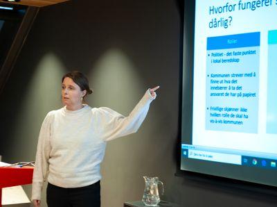 Forsker Marte Slagsvold Winsvold ved Institutt for samfunnsforskning er overrasket over svarene på Kommunal Rapports lokalpolitikerundersøkelse. Bildet er fra i februar i fjor, da hun la fram en rapport om lokalt beredskapssamarbeid.