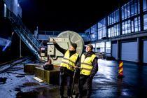 Daglig leder Thor André Berg i Plug AS og miljøsjef Even Huseby på Skoltegrunnskaien i Bergen, der supplybåtene har koblet seg til dagens landstrømanlegg. I mai skal også cruiseskipene kunne slå av dieselmotorene når de ligger til kai i Bergen. Foto: Magnus K. Bjørke