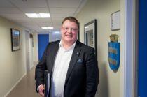 Kommunedirektør Hugo Thode Hansen i Harstad kommune går løs på sparebøssen. Foto: Harstad kommune, Øivind Arvola