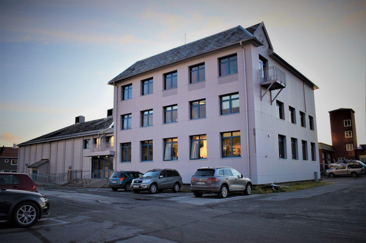 På rådhuset i Honningsvåg avviser Nordkapp kommune å gi innsyn i flere opplysninger i arbeidsmiljørapporten. Foto: Thomas Frigård