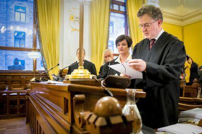 Halvard Helle (foran) representerer moren i den første saken som behandles av Høyesterett. Bak står Mette Yvonne Larsen, som representerer kommunen. Foto: Håkon Mosvold Larsen, NTB scanpix