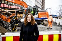 Fossilfrie anleggsmaskiner er ett viktig tiltak i Klimakur 2030. – Vi har vist at det går an, sier direktør Heidi Sørensen i klimaetaten i Oslo. Her står hun foran det som skal være verdens første utslippsfrie byggeplass. Foto: Magnus K. Bjørke