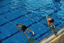 KS mener de kommunale svømmebassengene bør holdes mest mulig åpne, slik at innbyggerne kan benytte seg av tilbudet. Foto: Colourbox