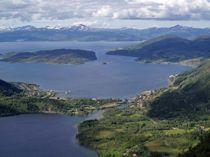 Tettstedet Bogen er kommunesenter i Evenes. Her i sommerskrud. Foto: Hydrant/Wikimedia commons