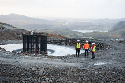 Her ser vi ett av fundamentene til en av vindturbinene i Vardafjellet vindkraftverk slik det så ut i desember i fjor. I bakgrunnen skimtes Sandnes sentrum.