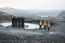 Her ser vi ett av fundamentene til en av vindturbinene i Vardafjellet vindkraftverk slik det så ut i desember i fjor. I bakgrunnen skimtes Sandnes sentrum. Foto: Terje Lien