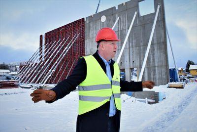 Ordfører Amund Hellesø (Ap) er glad for at Nærøysund bygger to nye idrettshaller, selv om dette bidrar til røde tall i årets budsjett. Foto: Thomas Frigård