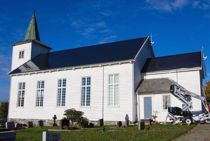 Med lekre solcellepaneler som på avstand ser ut som skiferplater, har Strand kirke i Rogaland blitt velsignet med mer strøm enn den trenger. Foto: Kristoffer Nåden Havn, Nåden Media/NTB scanpix