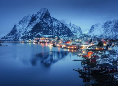 Det blir færre fastboende i mange kommuner i Nord-Norge. Dette bildet viser fiskeværet Reine i Moskenes kommune i Lofoten. Moskenes hadde en nedgang i folketallet i fjor fra 1.039 til 1.015 innbyggere, et fall på 2,3 prosent. Foto: Colourbox.com