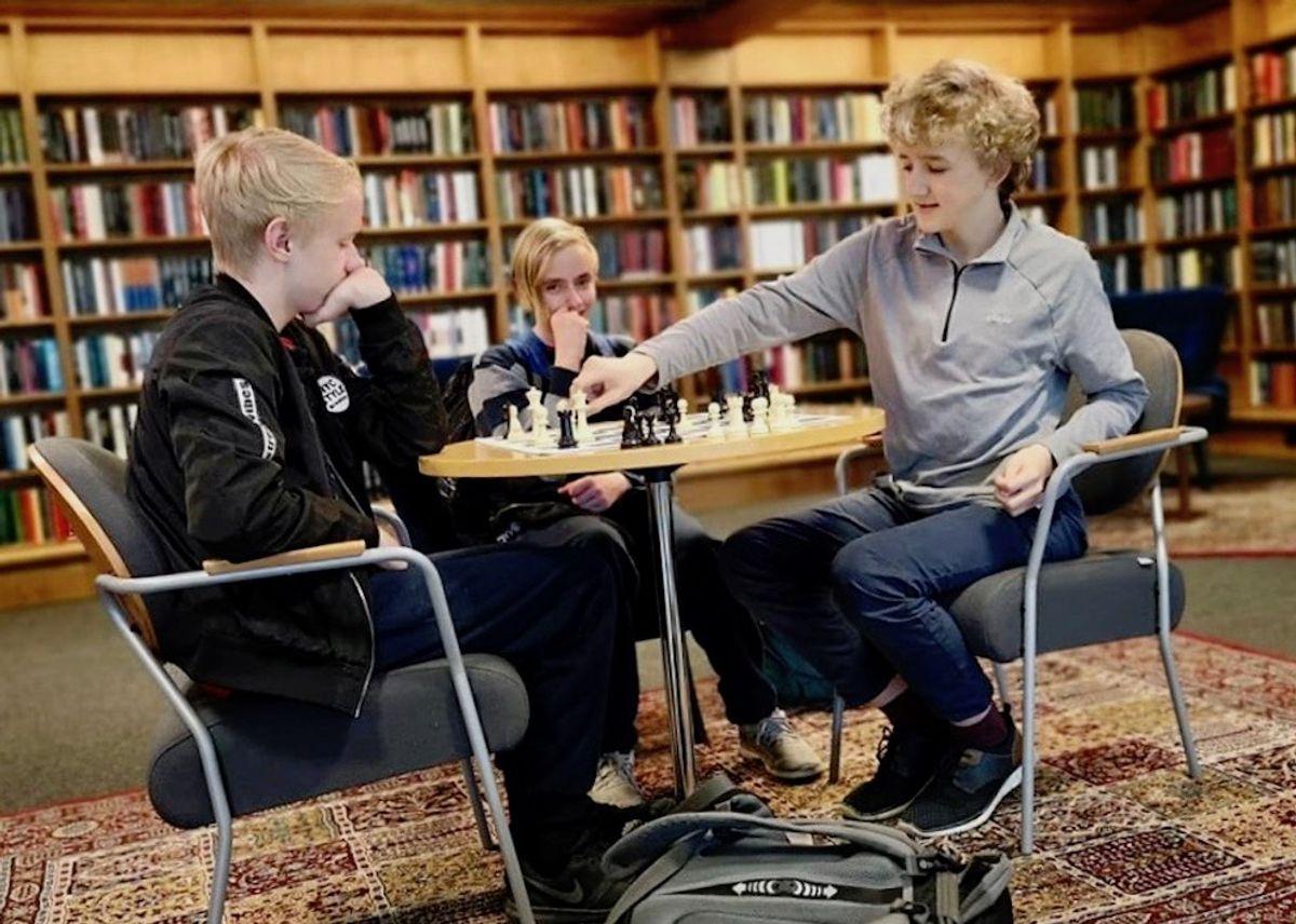 Et hovedmål for Øvre Eiker bibliotek er å være en møteplass, skriver biblioteksjefen, og det brukes av folk i alle aldre. Foto: Øvre Eiker bibliotek