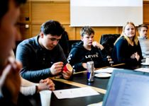 Aktiv rekruttering til ungdomsråd eller tilsvarende medvirkningsordning bør nå være i full gang, mener Kommunal Rapport. Bildet er fra et møte i ungdommens kommunestyre i Askøy i fjor. Foto: Magnus K. Bjørke