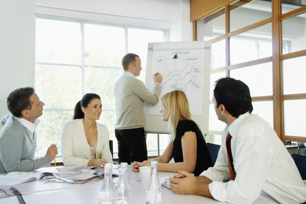 Ledere i offentlige organisasjoner arbeider mindre og bruker mer tid i møter, kommer det fram i lederstudien. Illustrasjonsfoto: Maskot/NTB scanpix