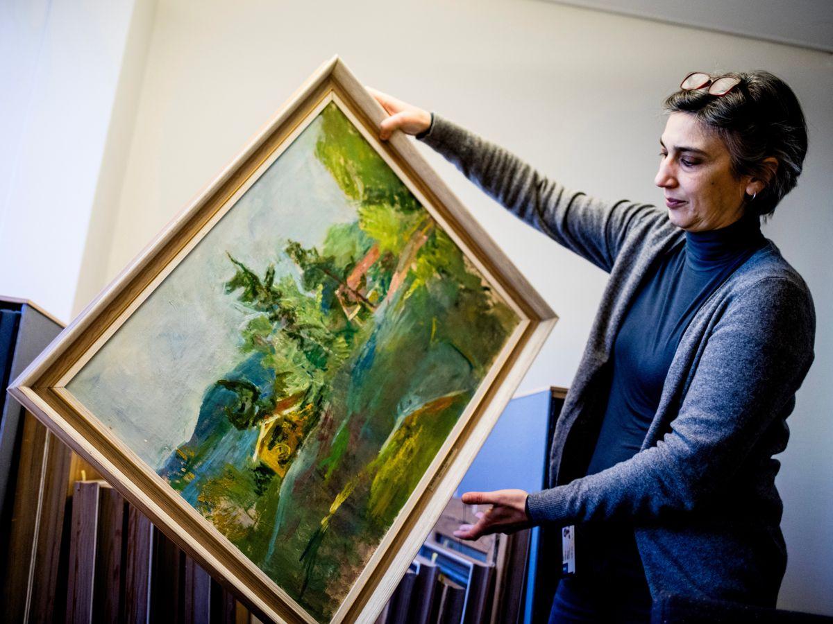 Flere kommuner burde la seg inspirere av Drammen, som registrerer alle sine kunstverk og gjør dem tilgjengelige gjennom digital formidling, mener Kommunal Rapport. Kunsthistoriker Asli Kural Dahl står for registreringen. Foto: Magnus K. Bjørke