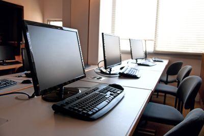 478 av skolene som eksisterte skoleåret 2009–10 var lagt ned i 2020. Frp mener mange kan spares ved digital fjernundervisning.