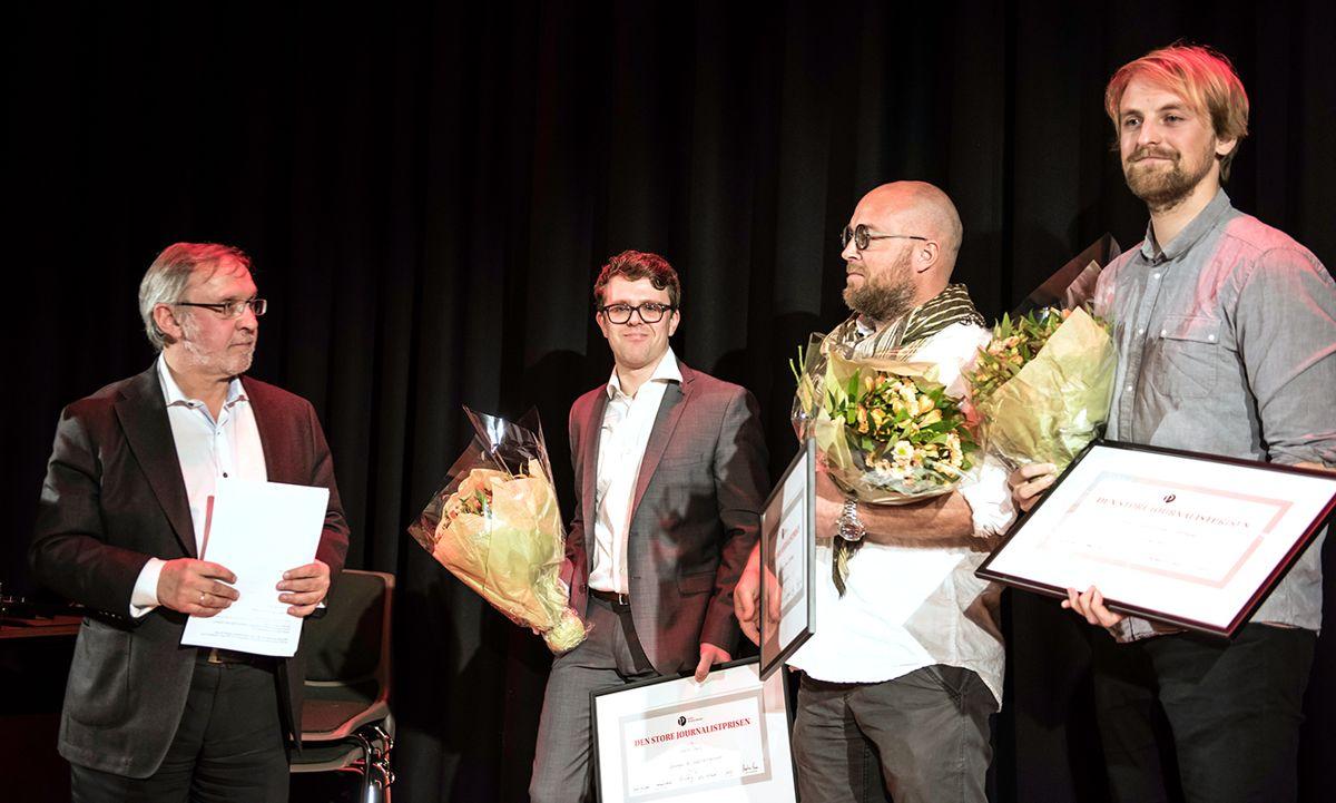 Juryleder Harald Stanghelle (t.v.) deler ut Den store journalistprisen til Vegard Venli fra Kommunal Rapport og Tomm W. Christiansen og  Anders Fjellheim fra Dagbladet. Foto: Lisa Rypeng