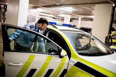 Skillet mellom små og store steder har økt med politireformen, viser ny rapport. Her er Espen Thunestvedt og Simen Thomassen på vei inn i en patruljebil i Ski ved en tidligere anledning.