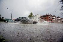 <p>Lovendringer skal gjøre det enklere for kommunene å få gjennomført effektive tiltak som reduserer faren for oversvømmelser og vannskader. Bildet er tatt etter et kraftig regnskyll i Oslo i 2010. Foto: Stian Lysberg Solum / SCANPIX .</p>