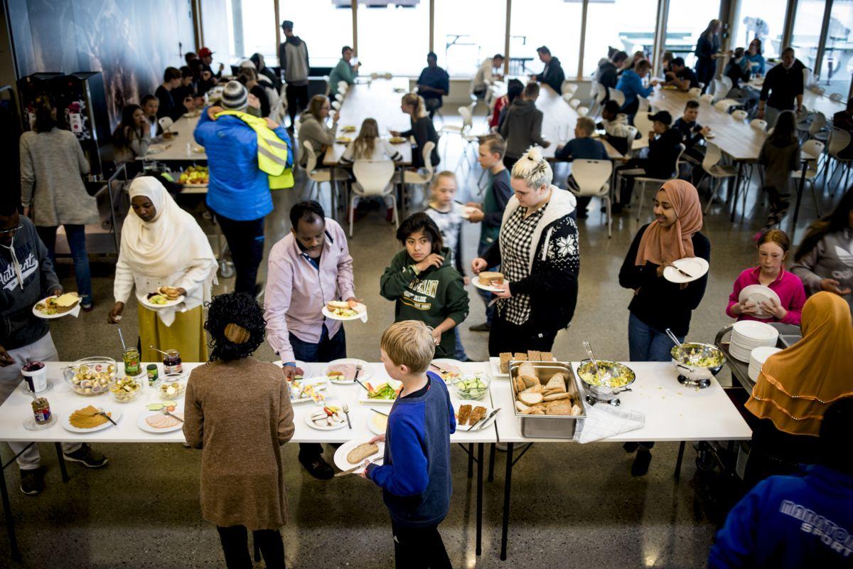 55 prosent er for gratis skolemat, viser Kommunal Rapports undersøkelse. Her fra Vinje kommune hvor elevene har fått nyte godt av gratis skolemat siden 2008.