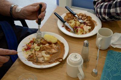Matserveringen er en viktig del av tilbudet til beboere på sykehjem. Her får beboere ved Sundheim bo- og treningssenter i Nord-Fron servert kalkun. poteter, saus og salat til middag.
