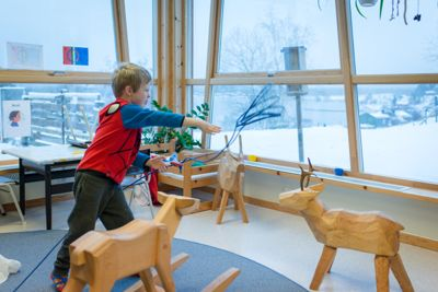 Suaja maanagïerte er en sørsamisk barnehage for samiske barn mellom 1–5 år. Den drives av Snåsa kommune som er vertskommune for sørsamiske institusjoner. I barnehagen er språk og kulturopplæringen viktig. Bilde er fra 2017.