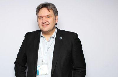 Jonny Finstad har tidligere vært ordfører i Vestvågøy, fylkesleder i Nordland Høyre og sittet én periode på Stortinget. Han er faglært glassmester, og har drevet egen næringsvirksomhet.