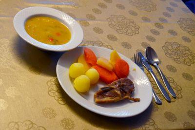 Mandal kommune har et konsept der flere restauranter serverer utvalgte retter til 120 kroner til eldre på dagtid. Nå vil regjeringen bevilge penger for at flere kommuner skal gjøre det samme.