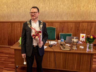 Ordfører Jan Olsen (SV) i Nordkapp mener at tidligere kommunedirektør Einar Hauge gikk i «vranglås» da han ble spurt om å slutte. Bildet er fra da Olsen tok over som ordfører i 2019.