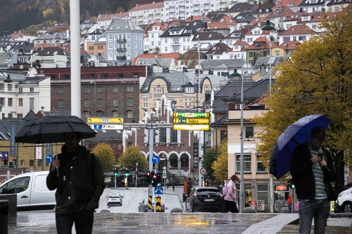 Bergen kommune har store kapasitetsutfordringer i smittesporingsarbeidet, og lange køer på teststasjonene.