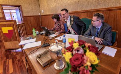 Da Jan Olsen (SV) hadde sitt første kommunestyremøte som ordfører i fjor, var stemningen mellom ordføreren og daværende rådmann Raymond Robertsen god. Nå har stemningen snudd.