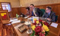 <p>Ordfører Jan Olsen (SV) (i midten) i Nordkapp kommune og tidligere rådmann Raymond Robertsen er langt fra enige om rekkevidden av habilitetsvurderingen til justisdepartementet.</p>