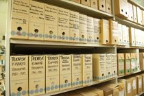 <p>Papirarkiv kan bli skadet av feil oppbevaring og behandling. Å pakke arkiv som ikke er i daglig bruk i egne esker, er et viktig tiltak for å trygge materialet for framtiden, mener Arkivverket.</p>