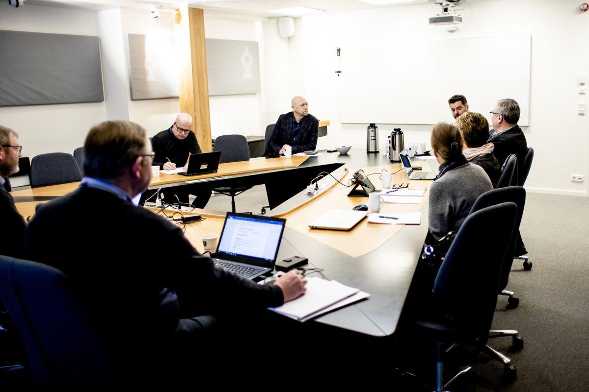 Skal kontrollutvalget ta sin oppgave på alvor, må man gå gjennom alle sider av en sak, uavhengig av hvem som styrer kommunen til enhver tid, skriver Rune Tokle. Bildet er fra et møte i kontrollutvalget i Ullensaker i 2019.