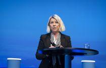 <p>Det er kun søknader til helsepersonell, barnevern, politi og andre samfunnskritiske funksjoner som vil bli prioritert, sier justisminister Monica Mæland.</p>