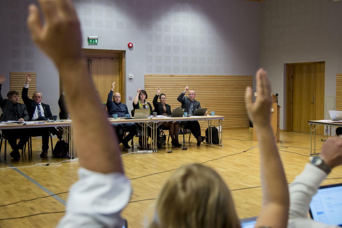 Godtgjørelsene til folkevalgte med flere verv må samordnes etter Stortingets vedtak. Bildet er fra et møte i nye Sogndal kommune i 2019.