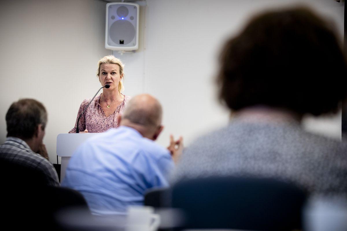 – Vi må effektivisere fra første dag. Noen vil miste et tilbud nær dem, sier ordfører Tove Henøen (Sp) i Hustadvika. Bildet er fra kommunestyret i tidligere Fræna kommune.