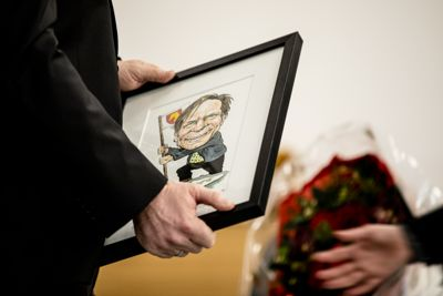 I fjor ble ordfører Alfred Bjørlo (V) i Stad kåret til Årets kommuneprofil og ble hedret med en karikaturtegning av seg selv.