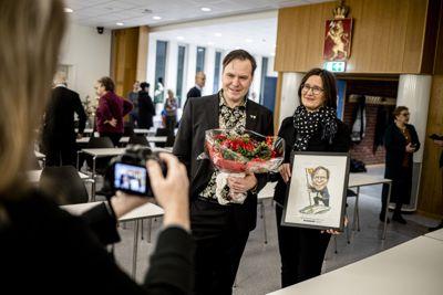 Ordfører Alfred Bjørlo (V) i Stad ble kåret til Årets kommuneprofil i fjor. Sjefredaktør Britt Sofie Hestvik i Kommunal Rapport overrakte prisen, en karikaturtegning laget av Sven Tveit.