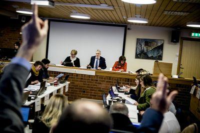 Vigdis Bolås (foran til venstre) var først rådmann i Rissa, så Leksvik, før hun ble kommunedirektør for nye Indre Fosen fra 2018. Nå forlater hun Indre Fosen til fordel for Røst. Her fra et kommunestyremøte i Indre Fosen i 2018.
