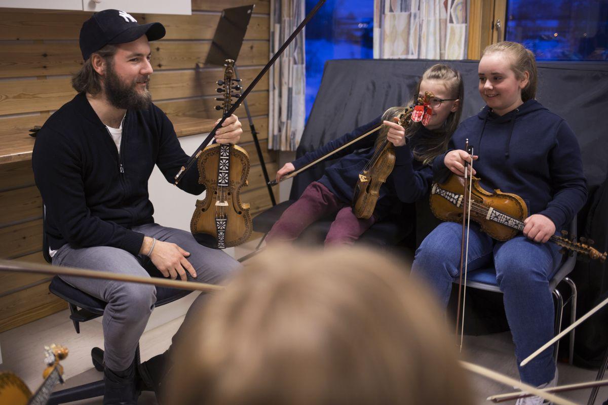 Lars-Ingar Meyer Fjeld lærer barn å spille hardingfele ved kulturskolen i Bø. Men også kulturskolen har hatt digital undervisning under pandemien.