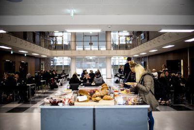 Her fra Årstad videregående i Bergen, der skolen serverer frokost til elevene.