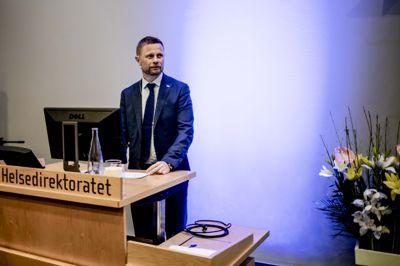 Helse- og omsorgsminister Bent Høie og regjeringen har signalisert at de vil gå videre til trinn fire i gjenåpningen en uke etter at alle over 18 år har fått tilbud om to vaksinedoser i september.