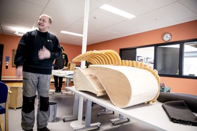 Brukte kontormøbler kastes i hopetall, men på Solbrå arbeidssenter i Asker lager Ole Ivar Martinsen nye møbler av gamle stolbein.