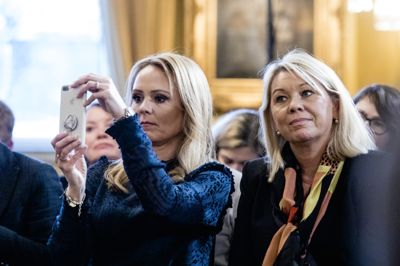 Distrikts- og digitaliseringsminister Linda Hofstad Helleland (t.v.) legger til grunn at kontakten mellom kommunene og departementet foregår på en respektfull måte.