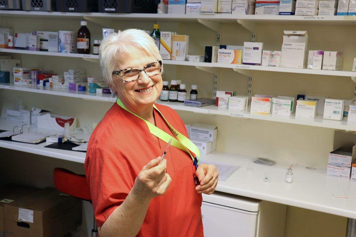 Ragnhild Fagerås (74) jobbet som sykepleier ved Marker bo- og seniorsenter i Marker fram til i vår. Hun var 72 år da Kommunal Rapport laget en reportasje om henne.