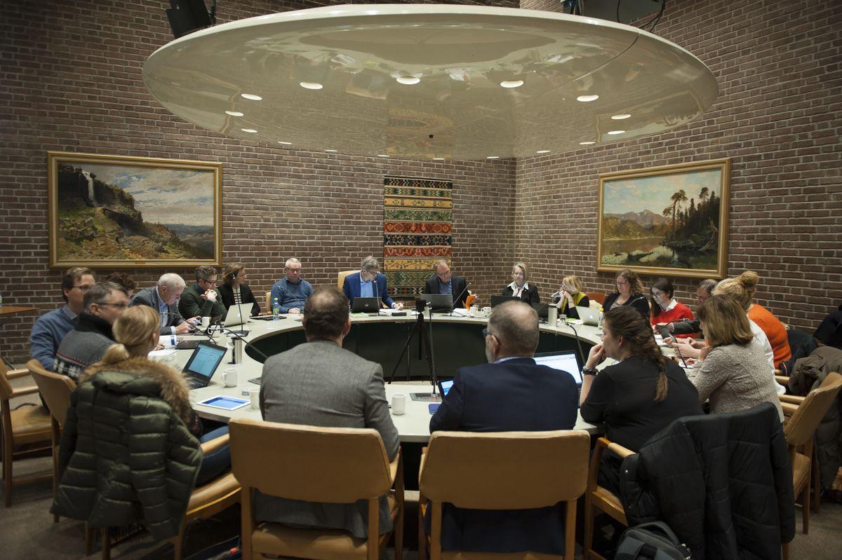 Folk stoler mer på ordføreren og kommunestyret enn på regjeringen og Stortinget, skriver forskerne ved ISF. Bildet er fra et formannskapsmøte i Sandefjord.